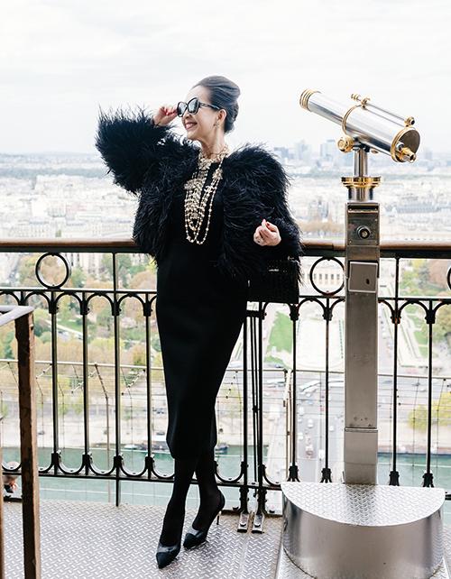 Nữ diễn viên chia sẻ: Việc mặc đẹp lúc nào cũng giúp bản thân tôi có được nguồn năng lượng vui vẻ. Đặc biệt càng vui hơn khi họ biết trang phục tôi mặc không đến từ những thương hiệu đình đám, mà mang dấu ấn đến từ Việt Nam.