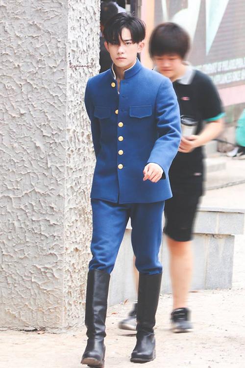 Tạo hình dân quốc của Dịch Dương Thiên Tỉ cũng ghi điểm mạnh. Thành viên TFBoys đầy nam tính trong bộ quân phục xanh, mái tóc ngắn ngọn ngàng.