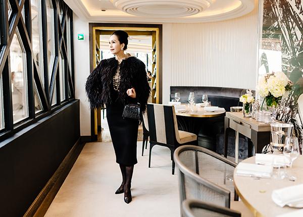 Trong chuyến dạo chơi Paris này, Diễm My đã ghé thăm và dùng bữa tại nhà hàng Le Jules Vernes nằm trên tháp Eiffel, cách mặt đất khoảng 128 mét. Từ khu vực này, Diễm My có thể quan sát toàn cảnh Paris hoa lệ với những công trình vô cùng đặc sắc. Đây cũng là nhà hàng mà Tổng thống Pháp từng chiêu đãi Tổng thống Mỹ vào năm 2017.