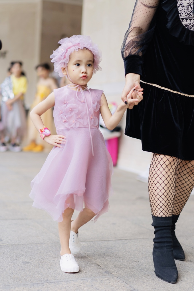 <p> Hà My năm nay 4 tuổi nhưng đã phải chống chọi với căn bệnh máu trắng suốt 2 năm qua. Cô bé đến từ Sơn La cũng có ước mơ được mặc váy đẹp, trình diễn thời trang như các bạn nên đã được NTK Thảo Nguyễn biến thành sự thật.</p>