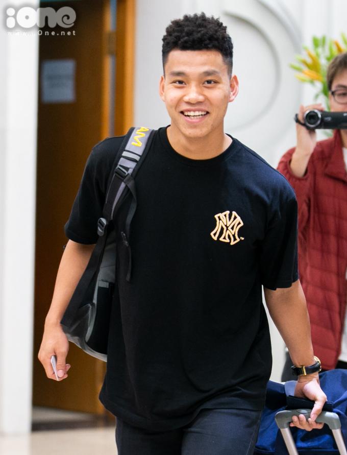 <p> Văn Thanh xuất hiện với khuôn mặt rạng rỡ. Cầu thủ người Hải Dương cho biết anh mất gần hai tiếng để di chuyển và tới Hà Nội thì ''thời tiết lạnh quá''.</p>
