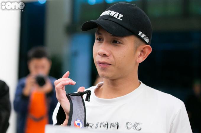 <p> Nguyễn Phong Hồng Duy khá bất ngờ trước cái lạnh Hà Nội.</p>