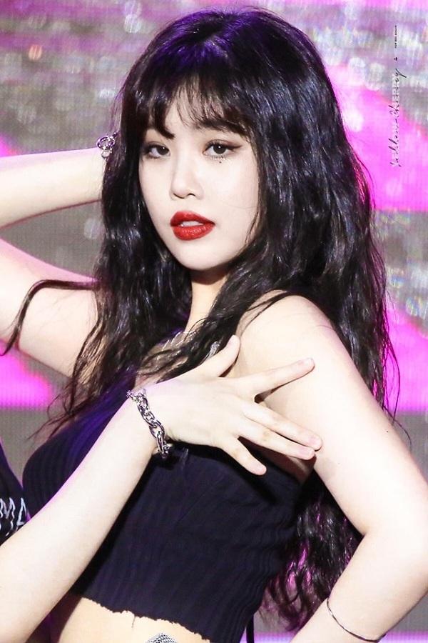 Visual của (G)I-dle vốn là Shuhua nhưng do biểu cảm không phong phú, cô nàng đã bị lu mờ bởi vẻ đẹp sắc sảo, hút mắt củađàn chị SooJin.