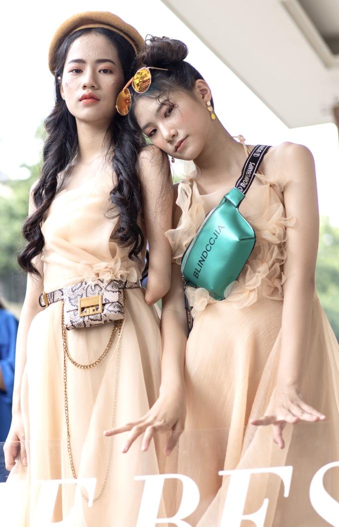 <p> Hà Phương (trái) là người mẫu cụt tay 14 tuổi, lần đầu tiên trình diễn ở Vietnam International Fashion Week. Hà Phương gây chú ý với người đối diện ở gương mặt xinh đẹp, chiều cao 1,75 m nổi bật.</p>