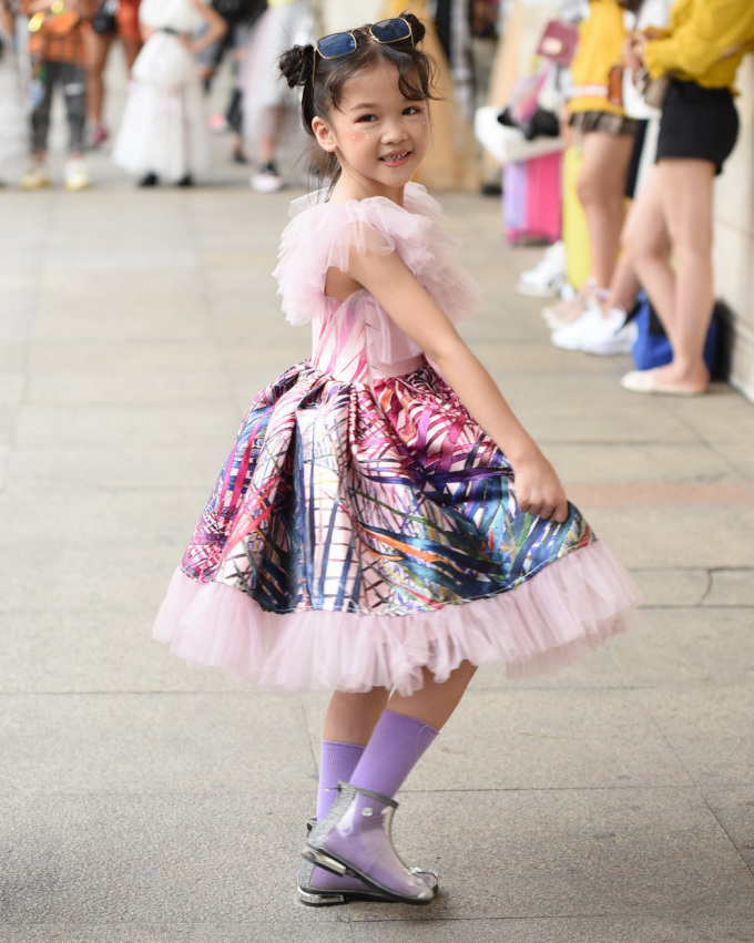 <p> Trước khi xuất hiện trên sàn diễn fashion week, Hoàng Anh cùng bạn bè ra phố khoe street style. Trước đây, cô bé khá rụt rè. Hiện tại, cách đi đứng, biểu cảm của cô bé vô gia cư đã tự nhiên hơn.</p>