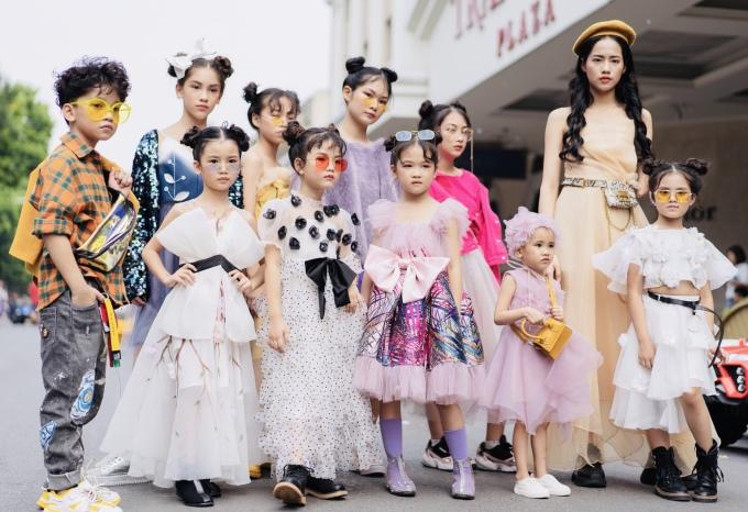 <p> Hoạt động street style thuộc khuôn khổ Tuần lễ thời trang quốc tế Việt Nam 2019 (Vietnam International Fashion Week) bắt đầu từ 26/10 trên phố Tràng Tiền. Dàn mẫu nhí với phong cách công chúa gây chú ý khi xuất hiện.</p>