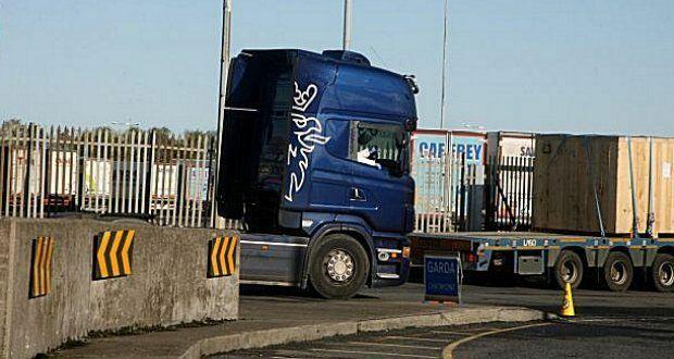 Xe tải của người đàn ông ở bên ngoài lối vào cảng Dublin. Ảnh: irishtimes.