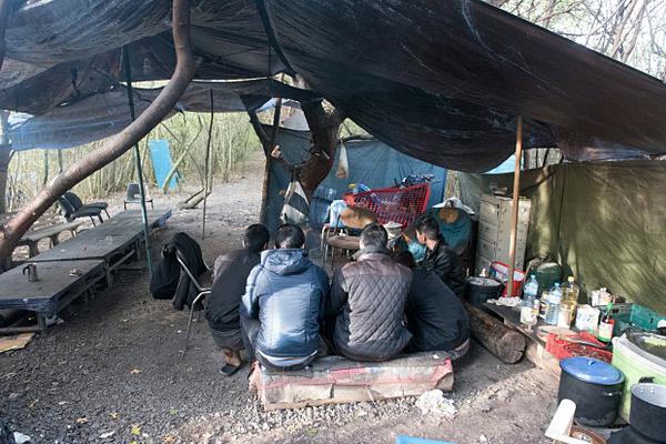 Những người di cư Việt Nam trong một lều trại tạm bợ chờ để đến Anh. Ảnh: The Sun.
