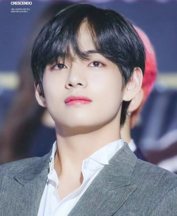Jin là visual của BTS từ những ngày đầu tiên bước chân vào giới idol. Tuy nhiên, gương mặt được người hâm mộ Hàn Quốc và cả thế giới chú ý nhiều nhất là thành viên cuối cùng của nhóm - V. Năm 2017, V đã đứng đầu danh sách Top 100 người đàn ông đẹp nhất thế giới do tạp chíTC Candler công bố, trong khi đó, Jin không hề xuất hiện trong bảng xếp hạng này.