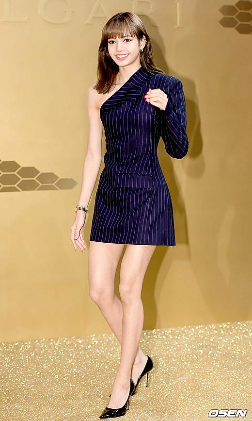 Netizen cũng dành nhiều lời khen cho tỷ lệ body cao ráo như người mẫu của Lisa. Từ khóa về Lisa tại sự kiện cũng vào top trend toàn cầu với gần 250.000 lượt tweet chỉ trong vòng một tiếng. Một số bình luận trên Naver: Đôi chân cô ấy thật đẹp; Lisa trông như nữ hoàng Ai Cập với kiểu makeup này; Tỷ lệ body đẹp như mannequin vậy...