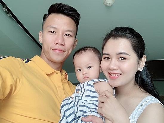 Quế Ngọc Hải bên vợ và con gái Sunny.