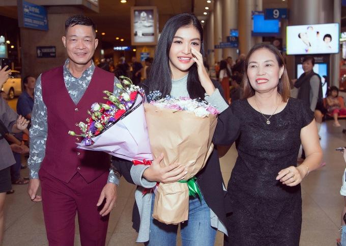 <p> Sau khi lọt vào top 10 Miss Grand International 2019, Kiều Loan quay về Việt Nam để tiếp tục việc học và tham gia các dự án cộng đồng với vai trò á hậu. Dù phải quá cảnh ở Thổ Nhĩ Kỳ suốt 18 tiếng nhưng Kiều Loan vẫn rạng rỡ khi xuất hiện.</p>