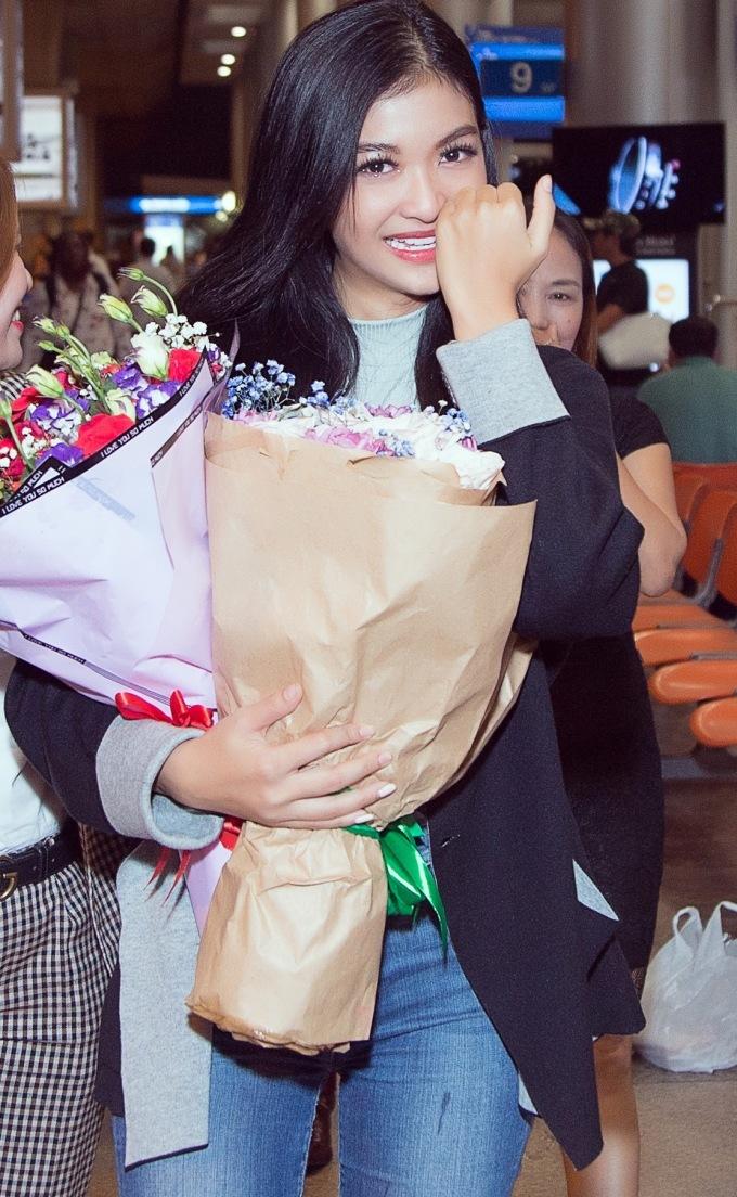 <p> Đón cô ở sân bay có bố mẹ bay từ Quảng Nam vào Sài Gòn. Vừa nhìn thấy họ, Kiều Loan rơi nước mắt và chạy đến bên ôm hôn.</p>