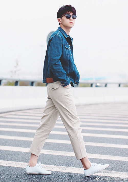 Đặng Luân chứng minh lý do áo khoác denim được yêu thích. Không chỉ dễ kết hợp cùng đủ kiểu quần, món đồ còn mang đến cho các chàng trai vẻ trẻ trung.
