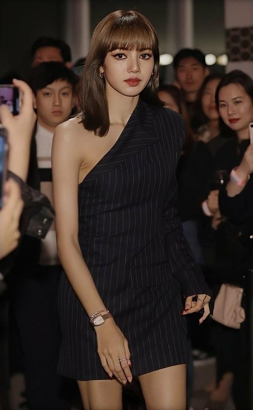 Lisa là một trong những khách mời dự sự kiện của nhãn hiệu trang sức Bulgari, diễn ra tại một trung tâm thương mại ở Jamwon-dong, Seoul, tối 29/10. Nữ idol nhanh chóng thu hút sự chú ý khi vừa xuất hiện.