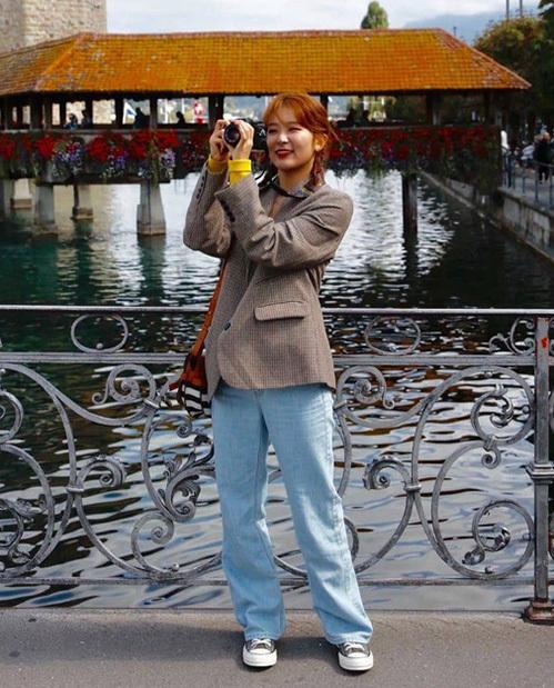 Quần jeans ống rộng mang đến cho Seul Gi vẻ đáng yêu như nữ sinh. Dáng quần rộng rất thích hợp để mix cùng giày thể thao, mang đến sự thoải mái, che giấu khuyết điểm đôi chân cho người mặc.