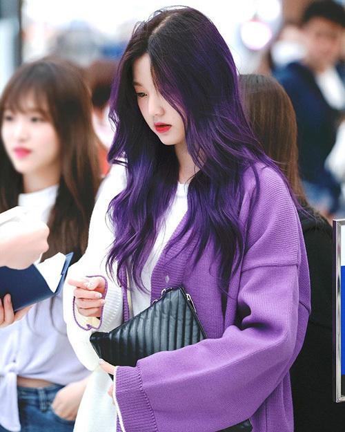 Won Young nổi bật ở sân bay với cardigan và mái tóc tông xuyệt tông gam tím.