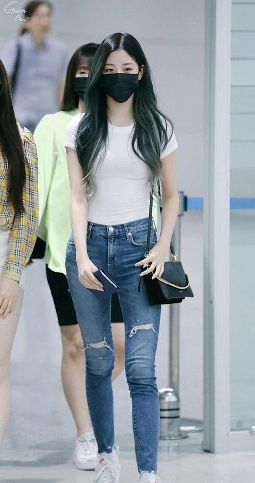 Hồi tháng 6, Jang Won Young xuất hiện tại sân baytrong set đồgiảndị gồm áo thun trắng và quần jeans. Những bức hình của cô nàng nhận được vô số khen của người hâm mộ.