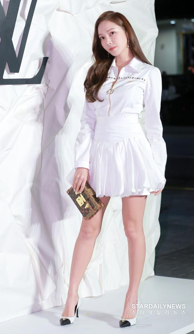 <p> Phong cách của Jessica luôn hướng tới sự thanh lịch, tối giản và được nâng tầm bằng những phụ kiện ''chanh sả''.</p>