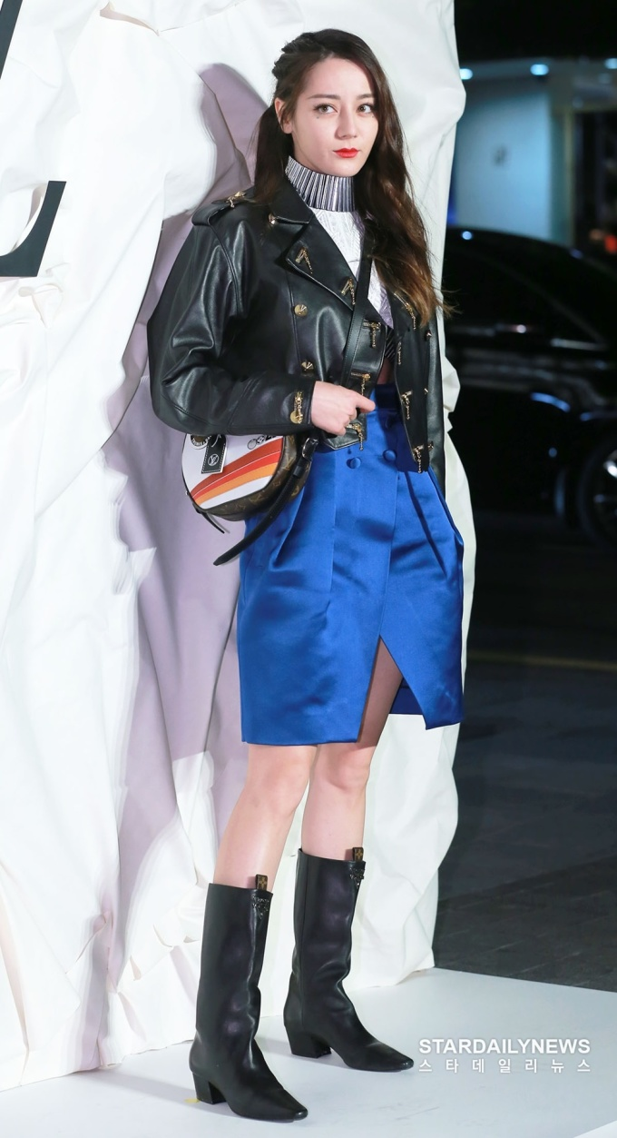 <p> Chiều 30/10, Địch Lệ Nhiệt Ba có mặt ở Hàn Quốc, nữ diễn viên dự sự kiện của thương hiệu LV. Ngôi sao Trung Quốc là gương mặt đại diện cho nhãn hàng thời trang đình đám này.</p>