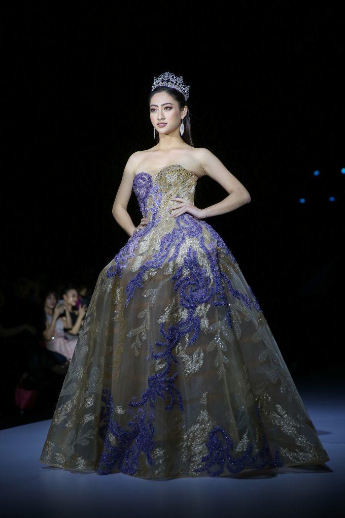 <p> Hoa hậu Thế giới Việt Nam 2019 Lương Thùy Linh được NTK Hoàng Hải lựa chọn cho vị trí vedette. Người đẹp sinh năm 2000 như công chúa trên sàn diễn với bộ đầm xòe bồng, đội vương miện tinh xảo.</p>