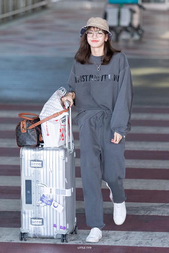 Em út của Black Pink được fan Thái chào đón ngay từ khi xuống sân bay. Tên của Lisa đứng ở vị trí thứ 2 trên bảng xếp hạng xu hương Twitter ở Thái.