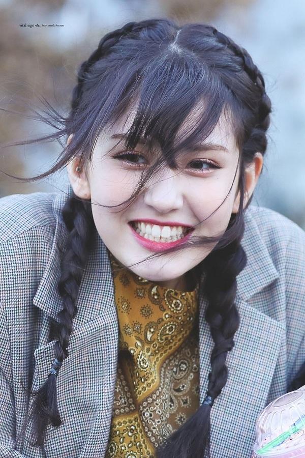 Somi sinh năm 2001, cô mới chỉ 18 tuổi nhưng đã hoạt động nghệ thuật vô cùng chăm chỉ.