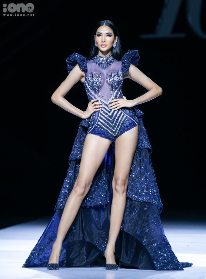 <p> Hoàng Thùy đảm nhiệm vai trò mở màn cho BST của Hoàng Hải, trong đêm diễn khai mạc của Vietnam International Fashion Week (Tuần lễ thời trang Quốc tế Việt Nam Thu Đông 2019). Á hậu xuất hiện quyền lực trên sân khấu vớibộ bodysuit xanh thẫm sang trọng và không kém phần sexy.</p>