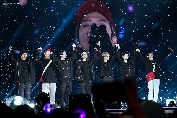 7 chàng trai BTS xúc động chào khán giả.