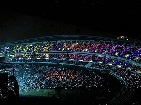 Sân vận động Olympic (Jamsil Olympic Stadium) chật kín khán giả đến theo dõi concert của BTS.