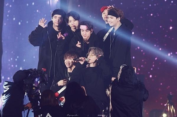 BTS tại sân khấu ending của concert tối qua.