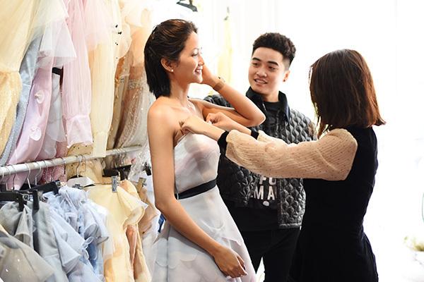 [Trong lần thứ ba tham gia tuần lễ thời trang quốc tế Việt Nam, Thảo Nguyễn mang đến bộ sưu tập mang tên Lucky Clover - cỏ ba lá may mắn. Show diễn có sự tham gia của các em nhỏ không phải người mẫu chuyên nghiệp, những em bé có hoàn cảnh khó khăn.