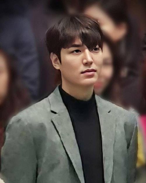 Từ khi xuất ngũ, nhan sắc của Lee Min Ho luôn là chủ đề được công chúng Hàn quan tâm. Mới đây, mỹ nam tham dự lễ cưới của một người bạn những bức ảnh chụp lén ngay lập tức được lan truyền trên mạng. Chất lượng ảnh xấu, mờ ảo không thể làm lu mờ ngoại hình đỉnh cao của Lee Min Ho.