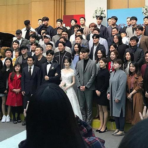 Nam diễn viên đứng cạnh cô dâu và nổi bật với chiêu cao, tỉ lệ cơ thể như siêu mẫu. Trong bức ảnh chụp chung, Lee Min Ho đã chiếm toàn bộ sự chú ý.