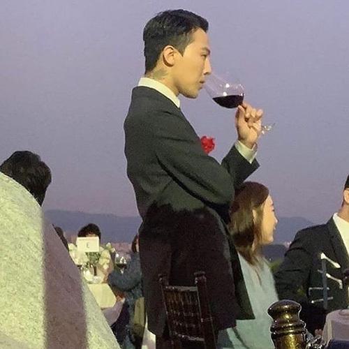 Những bức ảnh của G-Dragon được được chụp bằng điện thoại, chất lượng thấp nhưng không vì thế mà nam ca sĩ kém sắc. G-Dragon toát lên khí chất vương giả, cool ngầu trong mọi góc ảnh.