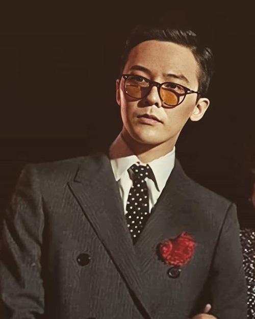Trước đó, G-Dragon cũng gây náo động khi tham dự lễ cưới của chị gái. Thành viên Big Bang tái xuất với hình ảnh sang chảnh, lịch lãm.