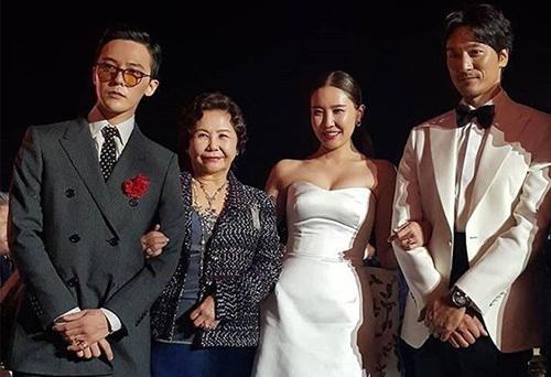G-Dragon chụp ảnh cùng mẹ và vợ chồng chị gái. Tin tức về G-Dragon ngay lập tức chiếm trọn các trang báo và dẫn đầu top xu hướng trên Weibo, Naver. Điều này chứng tỏ sức hút khủng của ông hoàng Kpop.