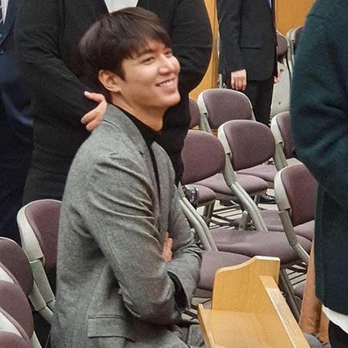 Lee Min Ho đẹp trai hoàn hảo kể cả trong những bức ảnh chụp vội. Chỉ xuất hiện ở đám cưới bạn nhưng nam diễn viên lại xuất hiện trên bảng tìm kiếm ở Hàn.