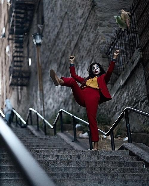 Khách du lịch bắt chước trang phục và động tác của Joker.