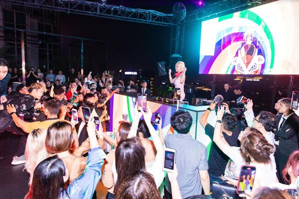 DJ Soda mang tới bầu không khí sôi động tại buổi ra mắt sản phẩm mỹ phẩmJayJun tại Việt Nam. Cô đồng thời là đại sứ thương hiệu của nhãn hàng.