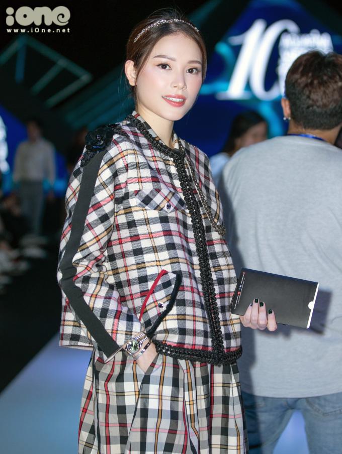 <p> Bạn gái thiếu gia Phillip Nguyễn - Linh Rin - diện cả cây hàng hiệu đúng mốt.</p>