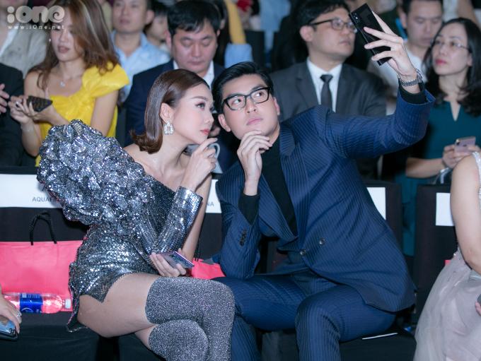 <p> Cô ríu rít chuyện trò, selfie khi hội ngộ học trò cũ Quang Đại.</p>