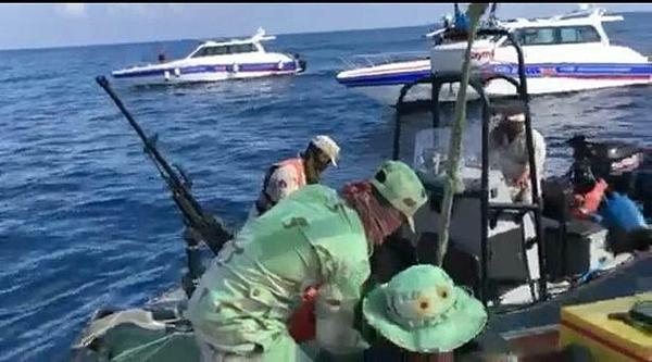 Lực lượng cứu hộ trục vớt thi thể ở ngoài khơi.