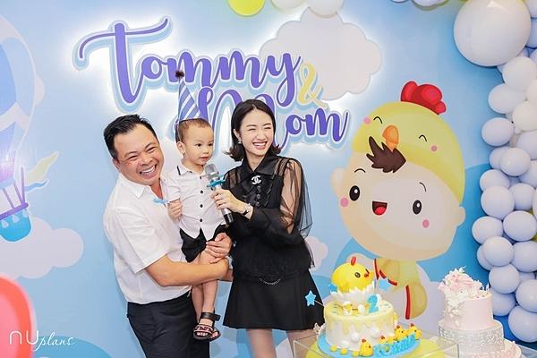 Thu Ngân và chồng trong tiệc sinh nhật con trai mới đây.Cô và chồng muốn sinh thêm con nhưng chưa được tuổi nên trì hoãn tới năm 2020.