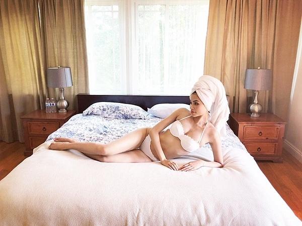 Phòng ngủ được lót sàn gỗ. Căn phòng không bày trí nhiều đồ đạc, tạo không gian thông thoáng.