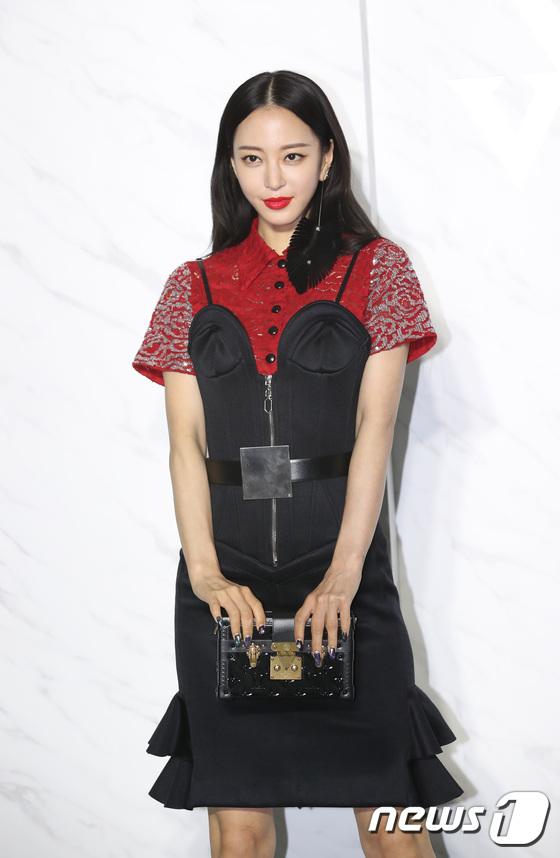 Địch Lệ Nhiệt Ba lộ dấu vết tuổi tác khi đọ sắc cùng Twice - 9