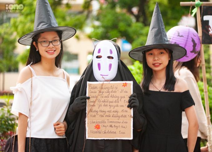 <p> Nhiều sinh viên trường Báo và các bạn trẻ là tín đồ của ngày lễ kinh dị Halloween đã đến tham gia và chung vui.</p>