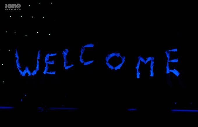 <p> Màn múa đèn led công phu và sáng tạo của sinh viên trường Báo.</p>