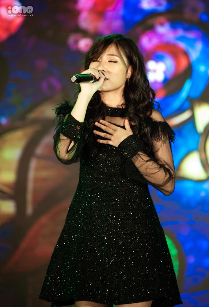 """<p> Nữ ca sĩ khách mời Xesi """"chốt hạ"""" đêm nhạc hội một cách bùng nổ và rực rỡ.</p>"""