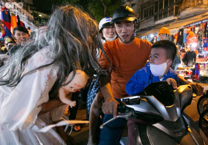 """<p> Các """"con ma"""" vừa đi vừa hù dọa mọi người mà họ gặp trên đường. Một đứa trẻ hoảng sợkhi bất chợt có một khuôn mặt kinh dị lao về phía mình.</p>"""